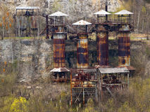 Заржаветые танки в старом покинутом карьере Стоковая Фотография RF