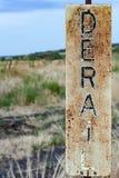 Заржаветый и увяданный знак железной дороги сбрасывателя Стоковые Изображения