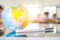 Заройте модель глобуса, карты Америки в глобальном шарике положенном на острословие таблетки Стоковые Фото