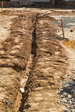 Зарытые в землю кабели в общего назначения канаве на строительной площадке Стоковое Изображение RF