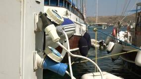 Зарядная станция для шлюпок и яхт, электрических выходов для поручая кораблей в гавани акции видеоматериалы