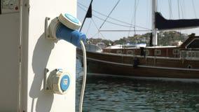 Зарядная станция для шлюпок и яхт, электрических выходов для поручая кораблей в гавани видеоматериал