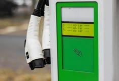 Зарядная станция на станции публикации автомобиля стоковые фотографии rf