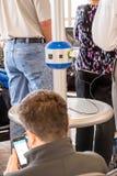 Зарядная станция будучи использованным пассажирами в авиапорте Стоковые Изображения