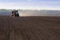 засаживать трактор картошки Стоковые Изображения RF