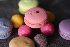 Засахарите конфеты и macarons шарика на таблице Стоковое Изображение RF