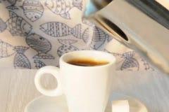 Засахарите кубы брызгая в кофе сток-видео