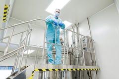 Засадите изображение, медицинский работника стоя на лестнице Стоковое Изображение RF