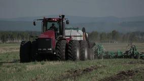 Засев аграрного трактора и поле культивировать сток-видео