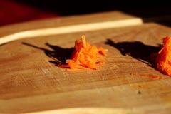 Заскрежетанная морковь создавая малую кучу Стоковое Изображение RF