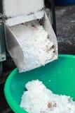 Заскрежетанная продажа кокоса на рынке стоковая фотография rf