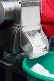 Заскрежетанная продажа кокоса на рынке стоковая фотография