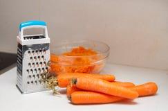 Заскрежетанные моркови в тарелке Стоковое фото RF