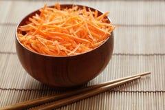 Заскрежетанные моркови в шаре с палочками стоковое изображение