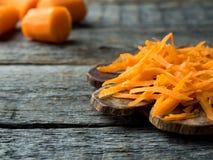 Заскрежетанные моркови на деревянном деревенском космосе экземпляра предпосылки стоковая фотография rf