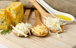 Заскрежетанный сыр в деревянных ложках Стоковое Фото