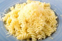 Заскрежетанный сыр на макаронных изделиях Стоковые Изображения