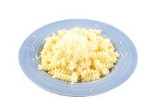 Заскрежетанный сыр на макаронных изделиях Стоковые Фото