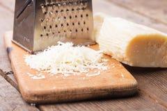 Заскрежетанный сыр пармесан Стоковая Фотография
