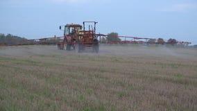 Засорители поля фермы брызг машины с гербицидами в осени Панорама 4K видеоматериал