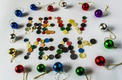 застегивает различно много Кнопки для одежд сделанных из пластмассы над взглядом Кнопки пишут Новый Год стоковые фото