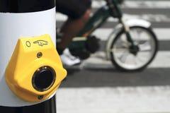 застегните желтый цвет самоката crosswalk Стоковая Фотография RF