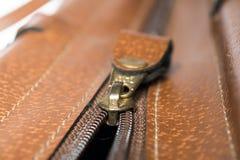 Застежка-молния золота кожаной сумки Стоковое Изображение RF