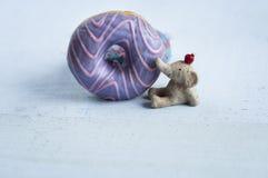 2 застекленных donuts с figurine слона, Стоковые Изображения RF
