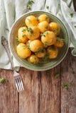 Застекленные новые картошки с концом-вверх петрушки на таблице вертикально Стоковые Изображения