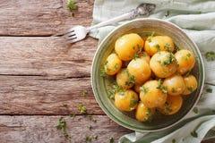 Застекленные новые картошки с концом-вверх петрушки на таблице horizont Стоковые Фото