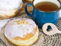 Застекленные donuts и кружка чая Стоковое Фото