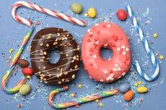Застекленные donuts на голубой предпосылке Стоковые Изображения RF