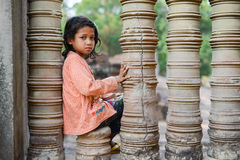 Застенчивая девушка на виске Angkor Wat Стоковые Фотографии RF