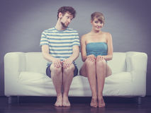 Застенчивая женщина и человек сидя близко к одину другого на кресле Стоковая Фотография RF