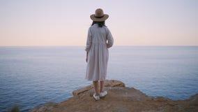 Застенчивая и мечтательная девушка Амишей сток-видео