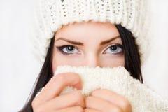 Застенчивая красотка способа зимы. Стоковая Фотография