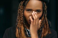 Застенчивая молодая черная женщина смущенная девушка Стоковая Фотография