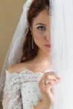 Застенчивая невеста за занавесами Стоковое Изображение