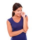 Застенчивое молодое женское смотрящ вас усмехаясь Стоковые Фото
