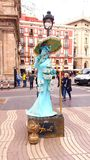 Застенчивый уличный исполнитель в Барселоне, Испании Стоковое Фото