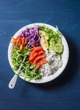 Засуньте семг, рис, шар силы Будды овощей на голубой предпосылке, взгляд сверху Красная капуста, моркови, arugula, рис, копченая  Стоковое Изображение