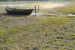 Засуха в горячем лете Высушенное река и остатки на шлюпке земли Стоковое фото RF