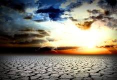 Засуха трескает, холодный заход солнца, мертвая планета, Стоковая Фотография RF