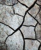 Засуха, треснутая земля в сером цвете земля без дождя Справочная информация Стоковые Фотографии RF