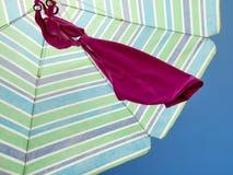Засыхание купальника под парасолем стоковая фотография
