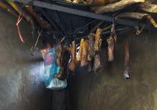 Засыхание мяса индийского буйвола на огне в кухне Hmong в Вьетнаме Стоковое Изображение RF