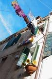 Засыхание прачечной перед старым итальянским зданием Стоковые Фотографии RF