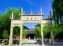 Заслуживайте аркы клыка мемориальной короля Qian Виска Стоковая Фотография