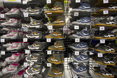 Затавренные тапки и jogging ботинки Стоковые Фотографии RF