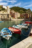 Затаите с шлюпками в деревне Vernazza в Cinque Terre Италии стоковое изображение rf